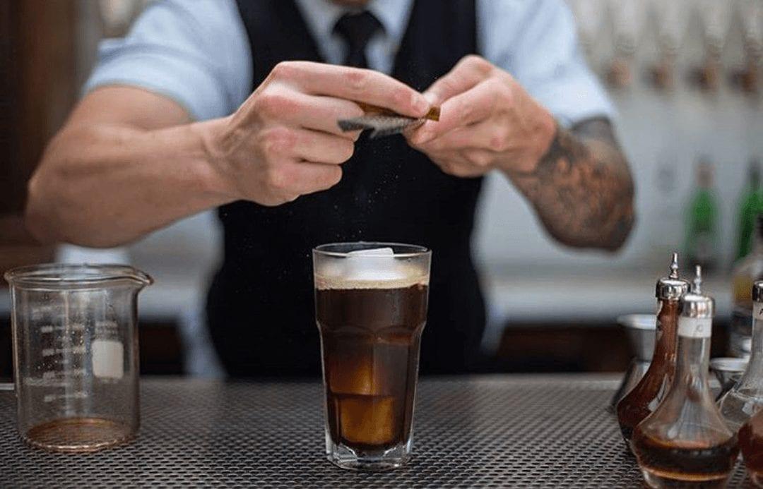 preparando un coctel a base de cafe