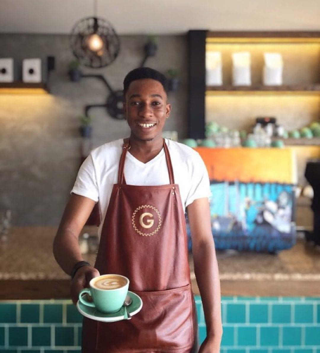 barista sirviendo cafe