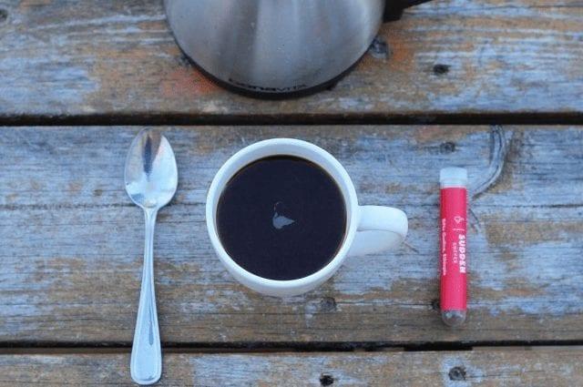 Agua caliente, cuchara y cafe instantáneo