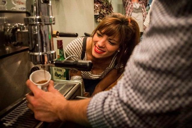 Barista haciendo un espresso