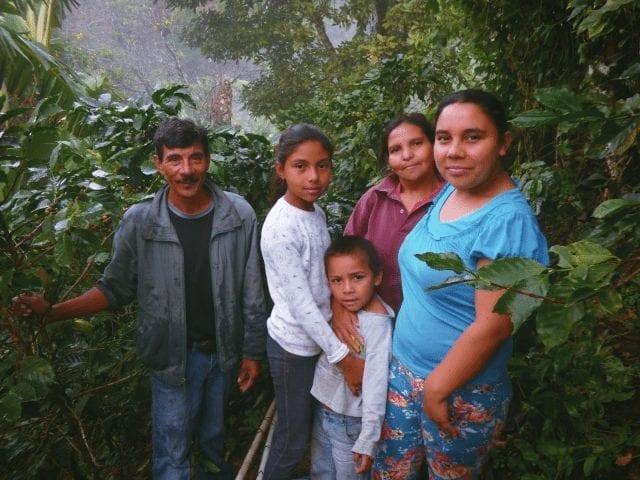 Familia de caficultores en su finca