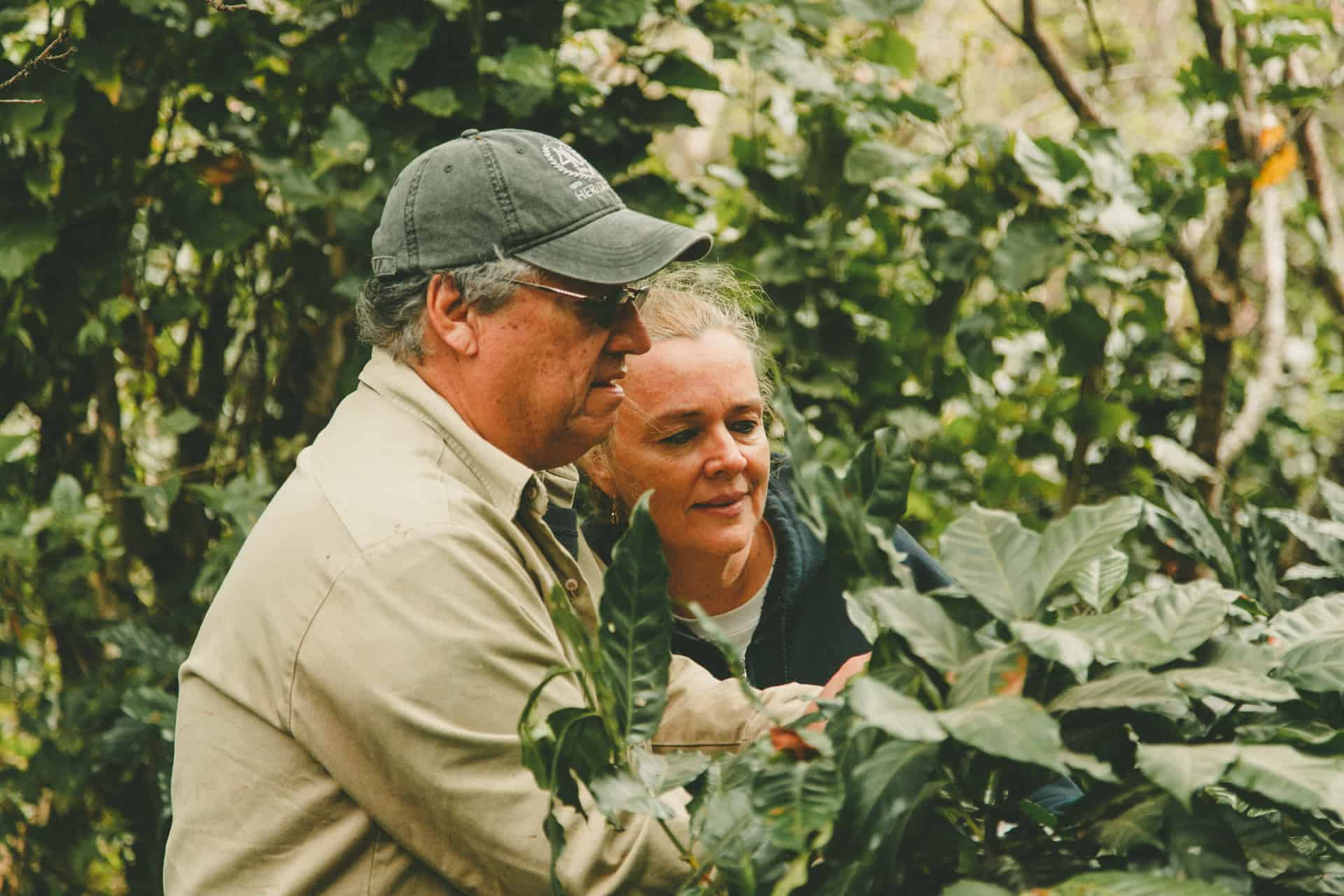 hombre y mujer en la finca