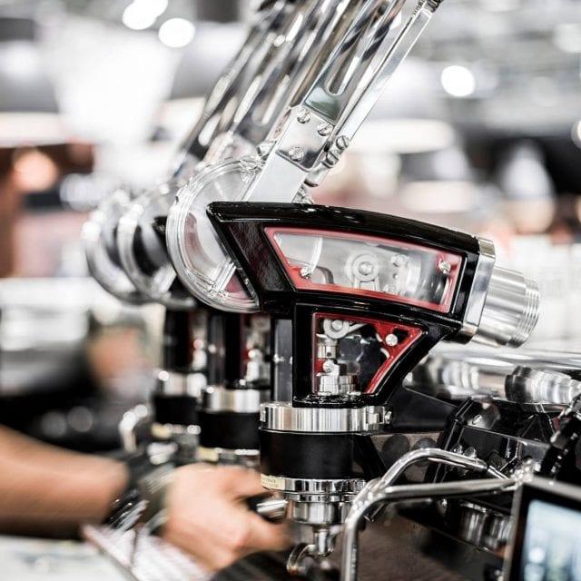 Una maquina espresso La Marzocco extrayendo algunos espressos