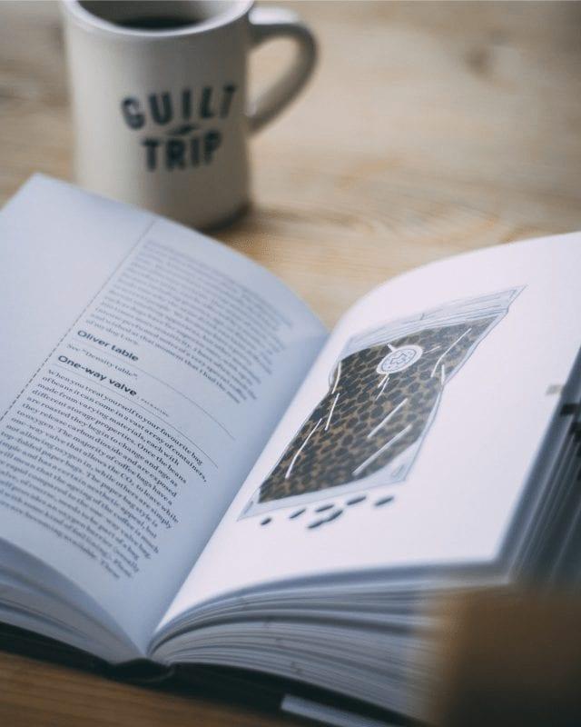 Libro de café junto a una taza