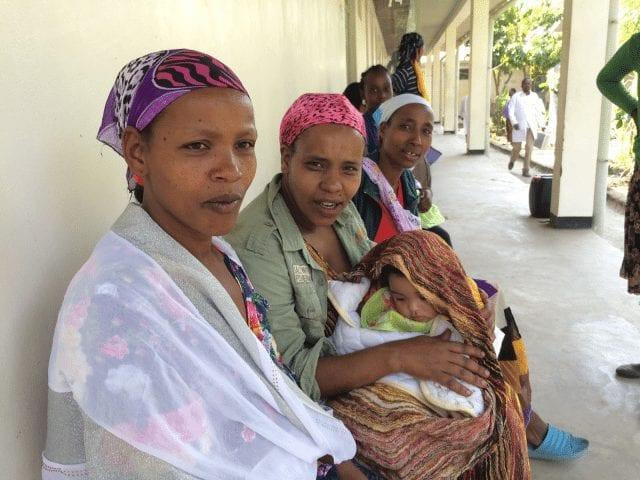 Mujeres esperando en centro de salud
