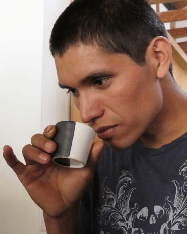 Productor bebiendo de su propio café