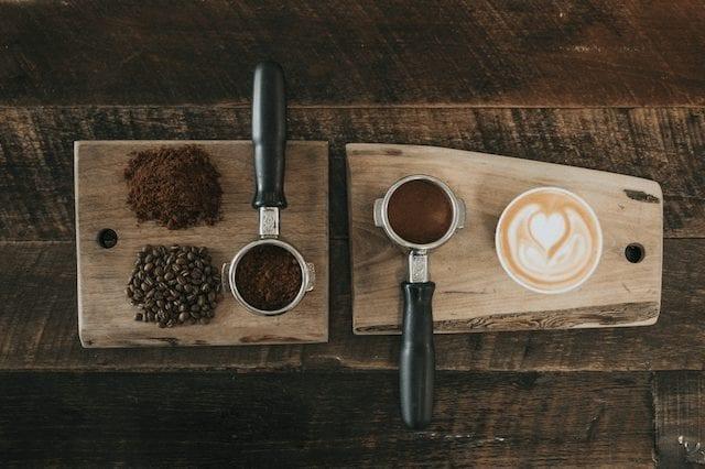Granos de café molido y cappuccino