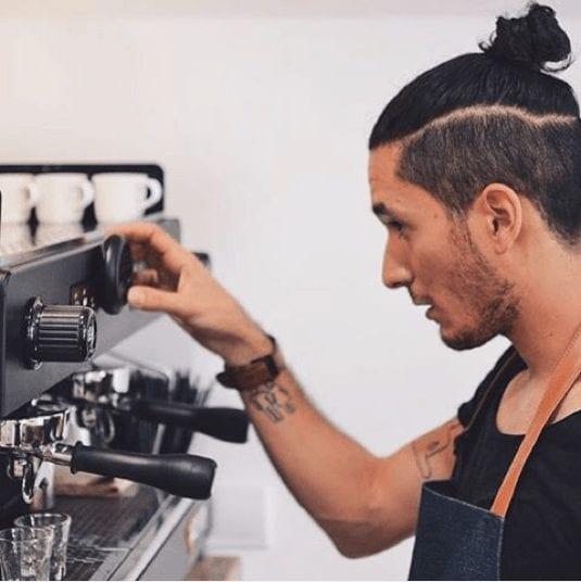barista preparando maquina
