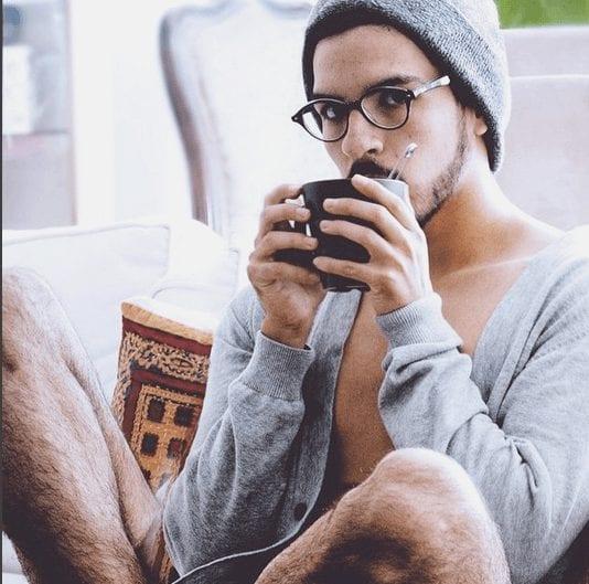 barista tomando cafe