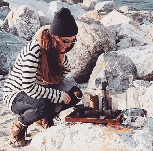 mujer sirviendo cafe