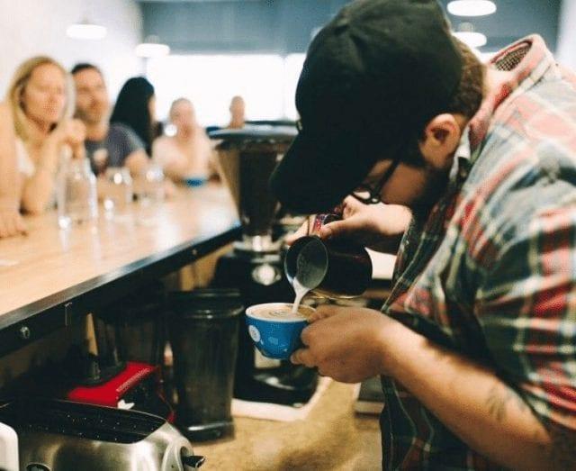 Barista haciendo arte latte
