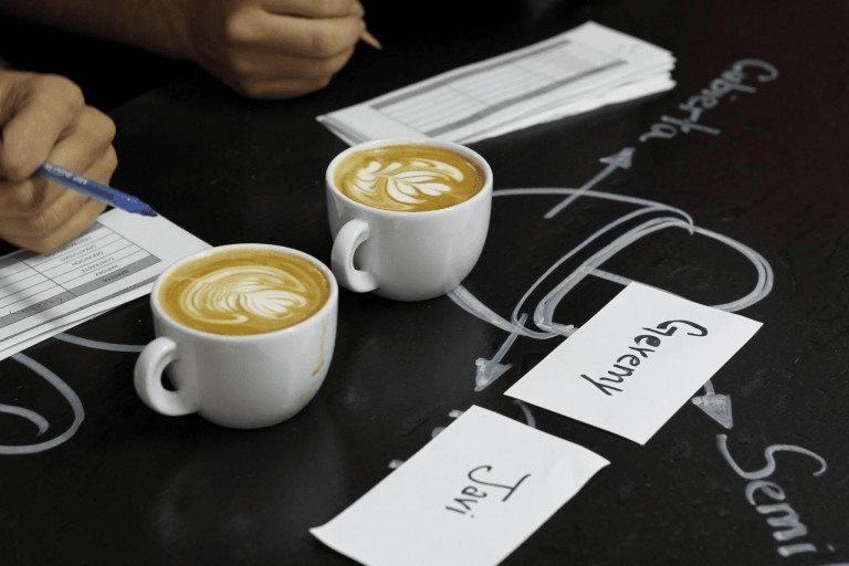 creando un arte latte sobre un cappuccino