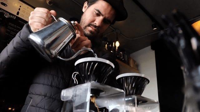 barista preparando una v60