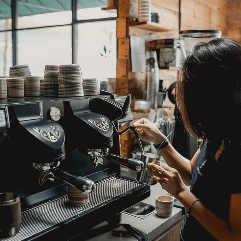 Barista preparando cafe para clientes