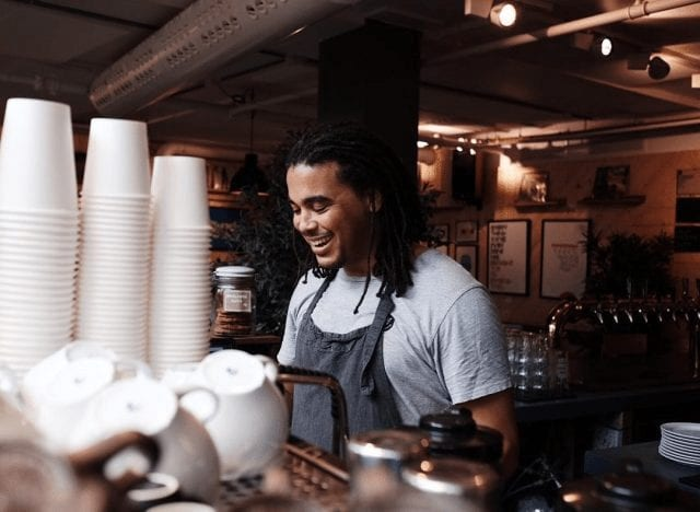 barista en la maquina de espresso