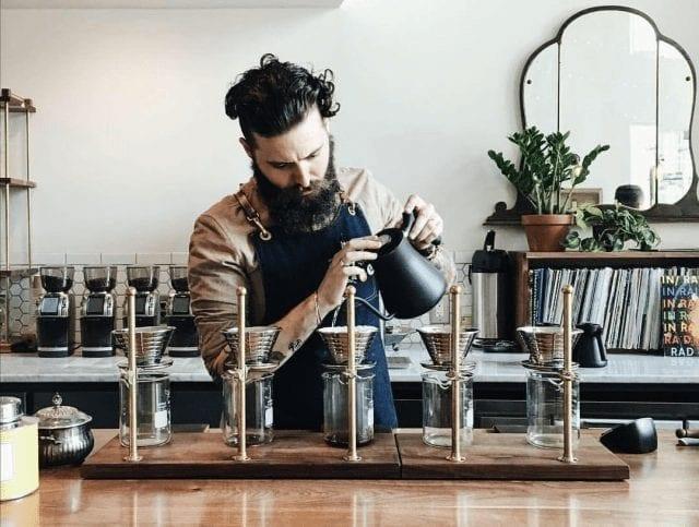 barista preparando v60