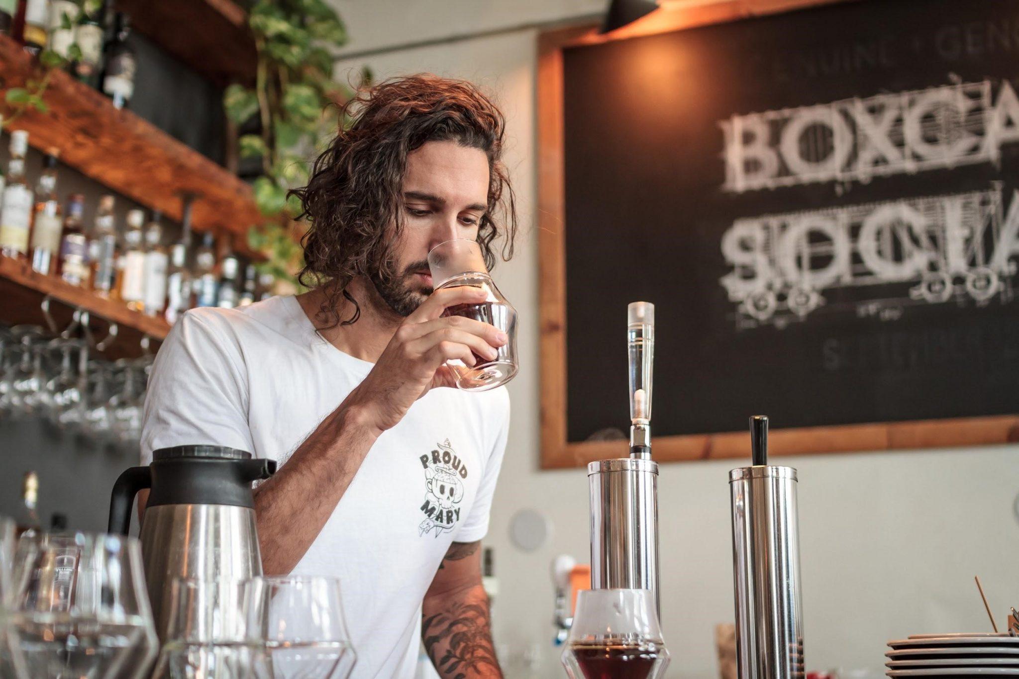 barista persiviendo olores del cafe