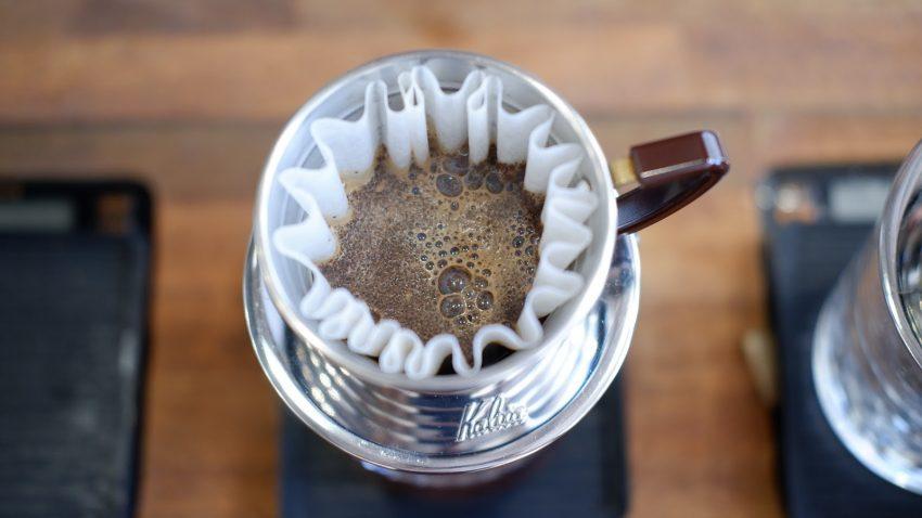 preparando cafe de filtro