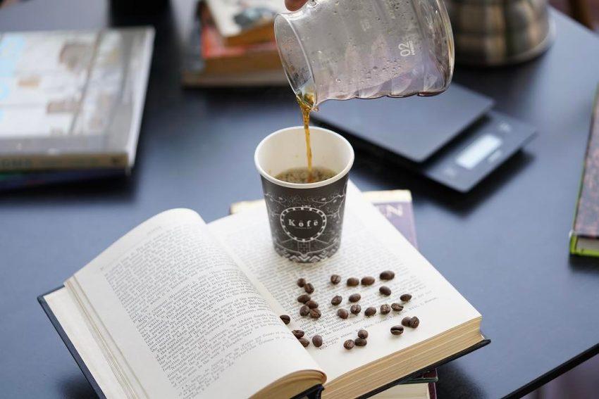 sirviendo un cafe de filtro
