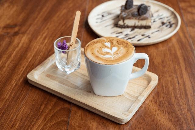 una cafe latte y un postre de galletas