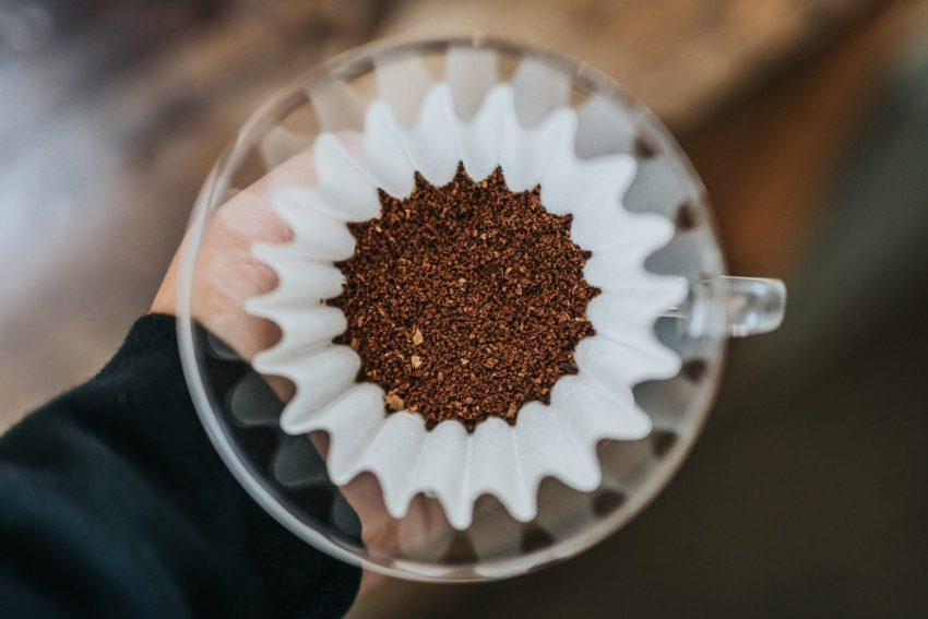 cafe molido en una kalita para preparar