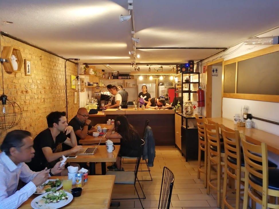 algunos clientes disfrutando de un snack y un cafe