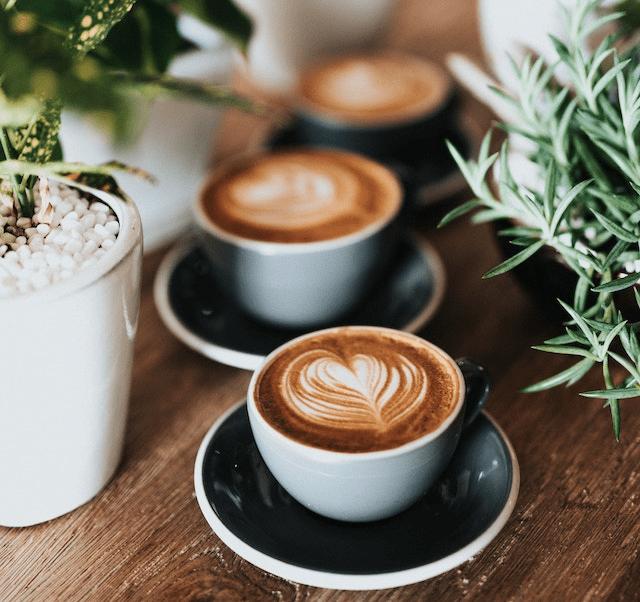 varias tazas de cafe en una mesa