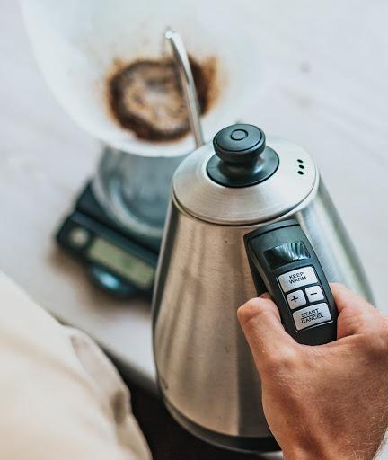 vertiendo agua a el cafe molido