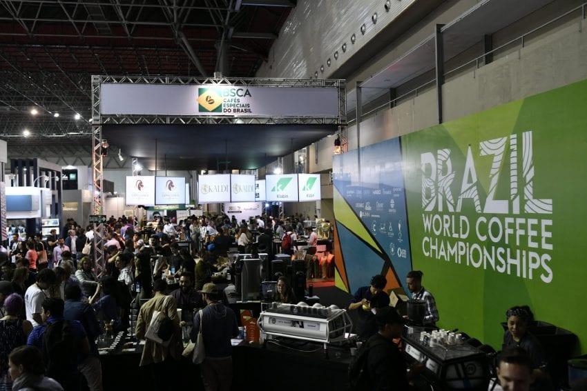 grupo de gente en la feria de cafe en brasil
