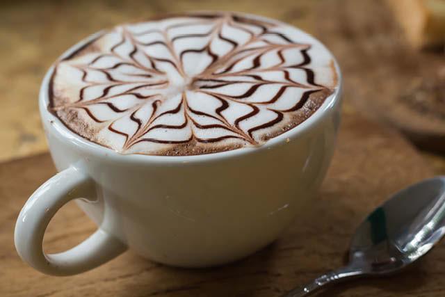 cappuccino con un diseño de chocolate liquido