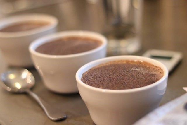 preparando catacion de cafe