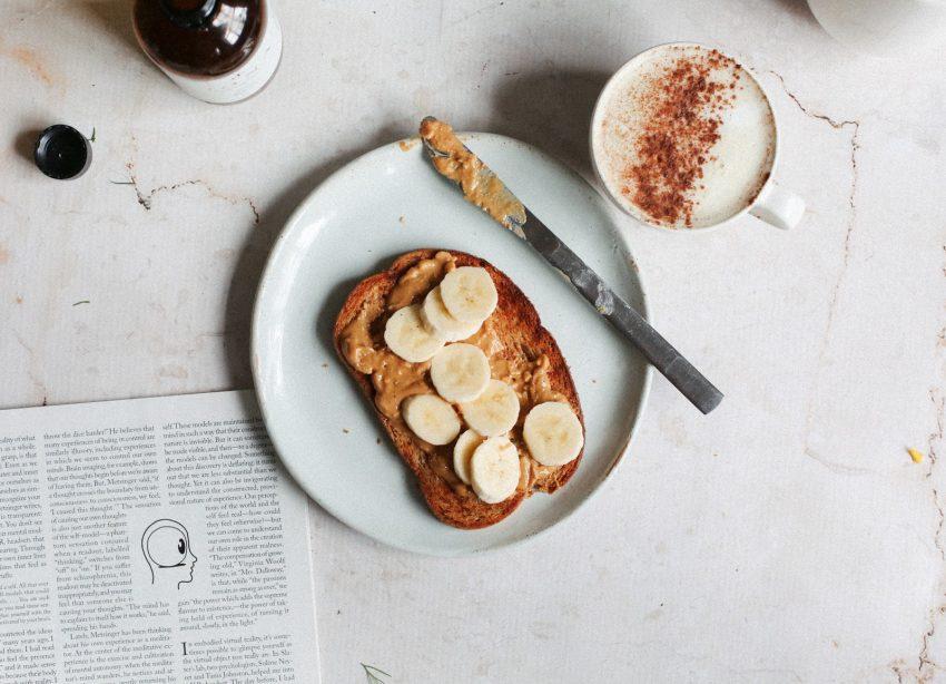 una tostada y un chai latte