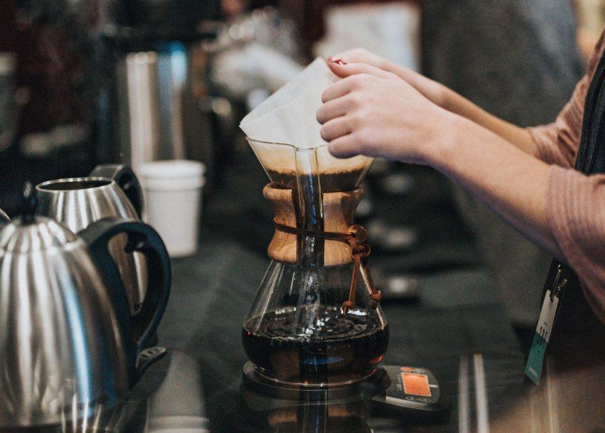 preparando cafe en un chemex