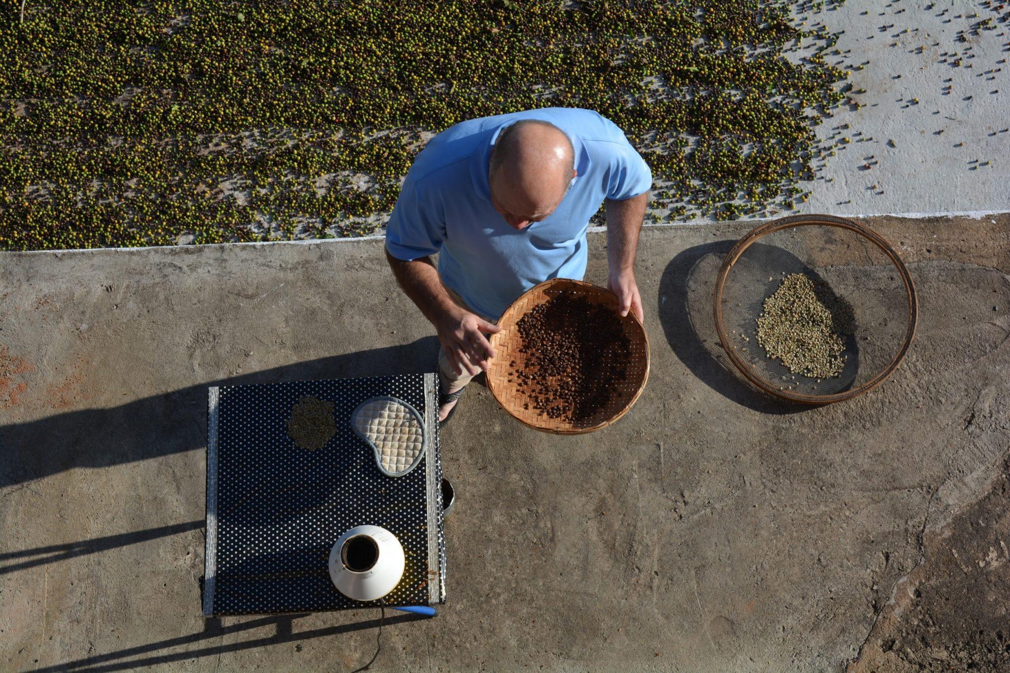 productor tostando cafe en su finca