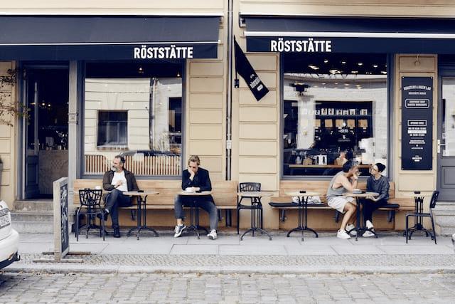 clientes de cafe sentados frente a cafeteria
