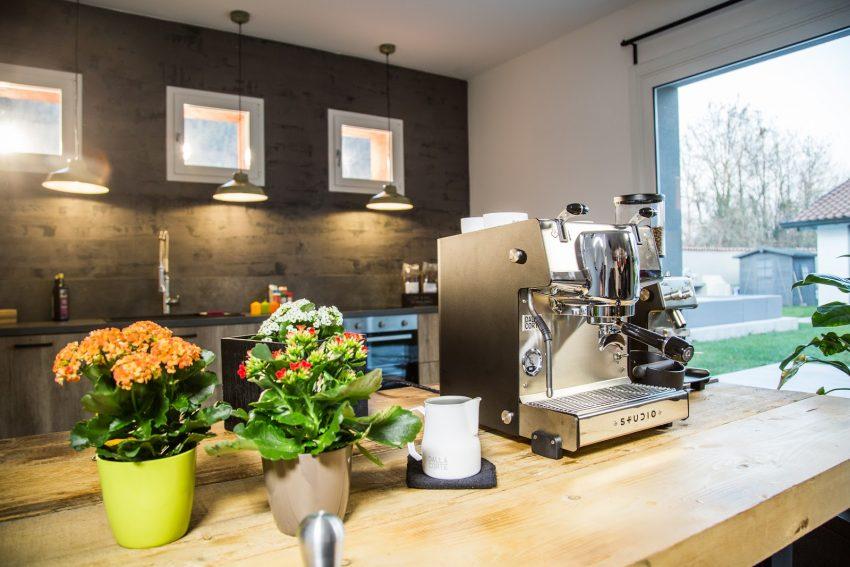 equipos de cafe en una cocina de hogar