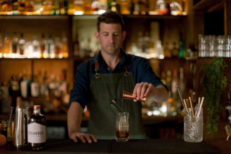 un barista prepara un coctel con cafe