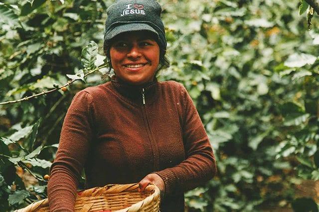 mujer en finca de cafe