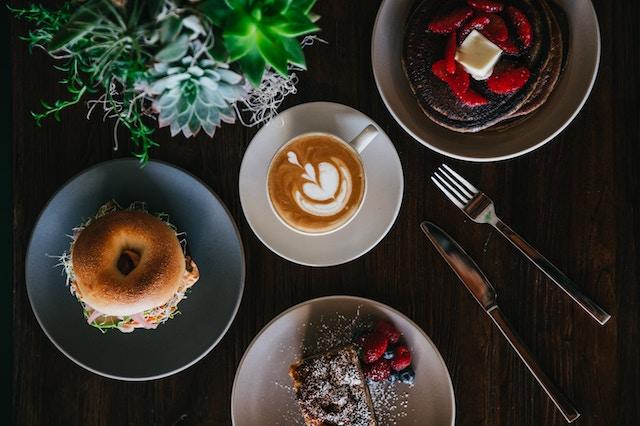 un desayuno con un cappuccino