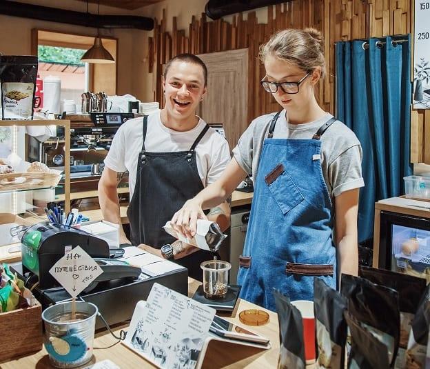 baristas preparando cafe para clientes
