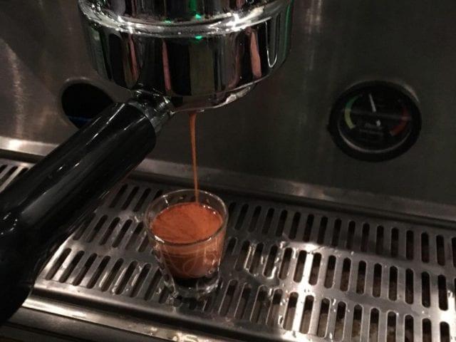 Extrayendo un shot espresso en una maquina de espresso