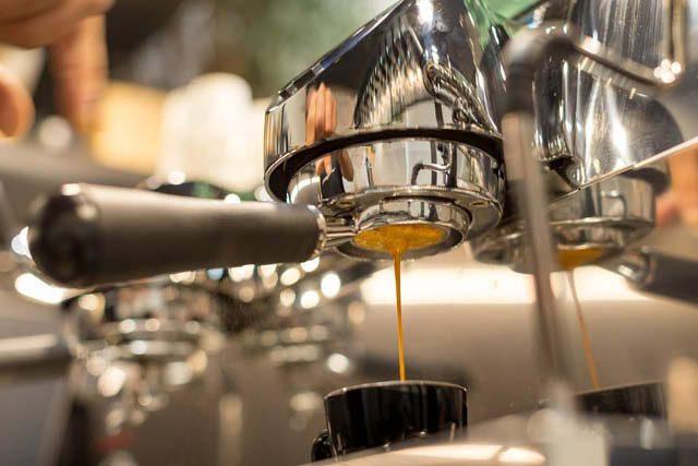 extrayendo un espresso