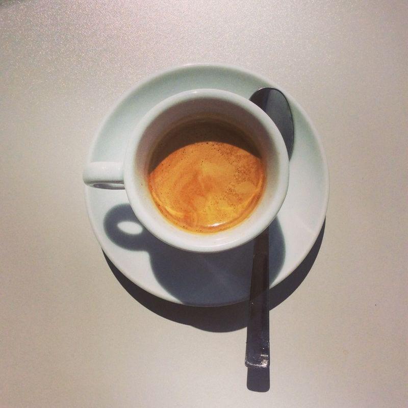 vertiendo leche en un espresso
