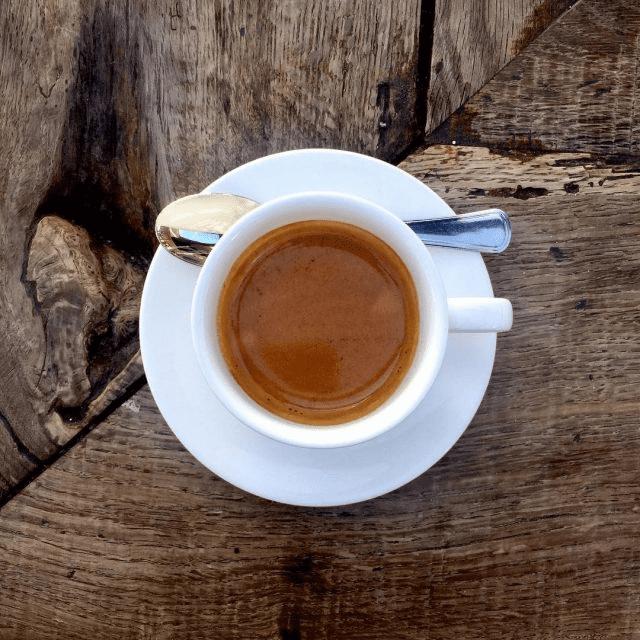 preparando un espresso para un cliente