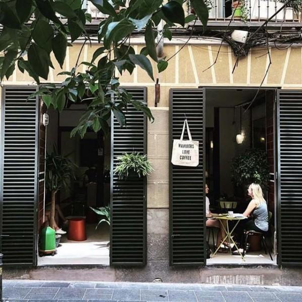 una tienda de cafe vista des de afuera