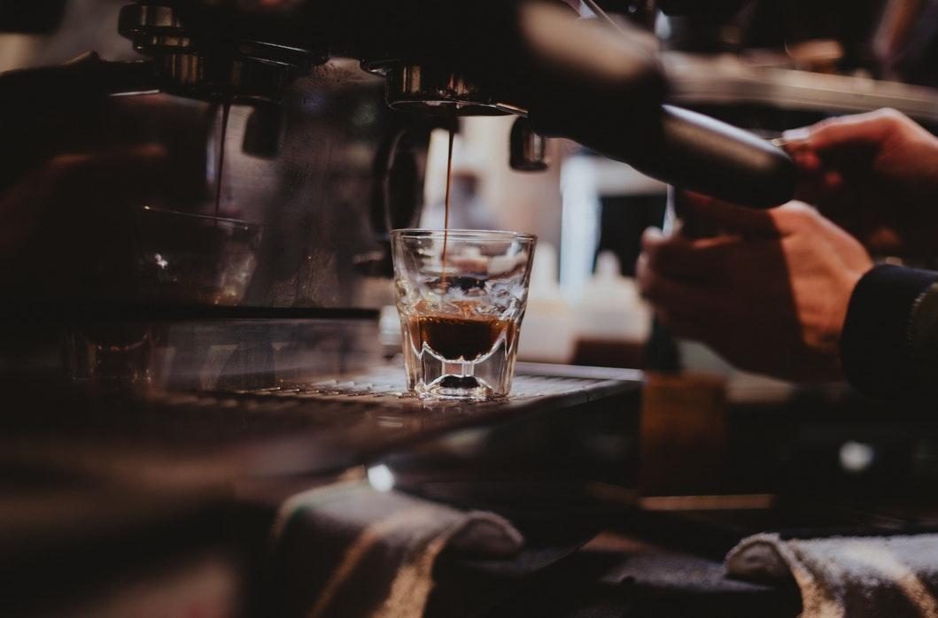barista extrae un espresso doble