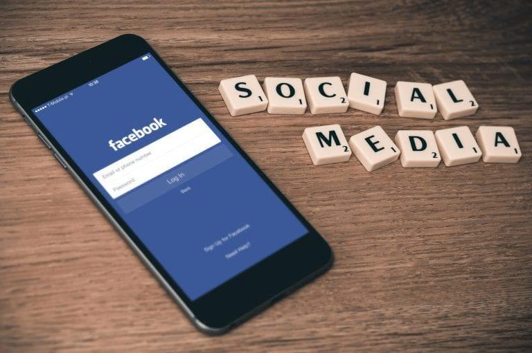 redes sociales en cafe