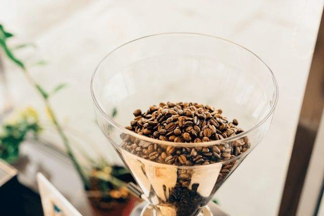 granos de cafe en un molino