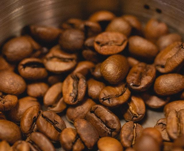 granos de cafe tostado