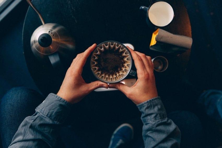 haciendo cafe en un kalita wave